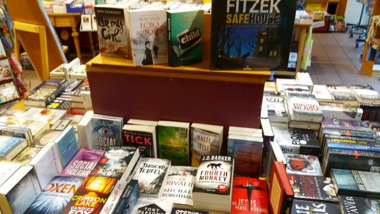 Geschwisterliebe in der Collibri Buchhandlung in Schweinfurt, Social Rating kuschelt mit Social Hideaway.